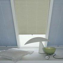 ein plissee f r das dachfenster. Black Bedroom Furniture Sets. Home Design Ideas