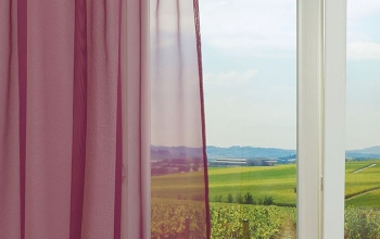 rosa gardinen und vorh nge als kreative fensterdekoration. Black Bedroom Furniture Sets. Home Design Ideas