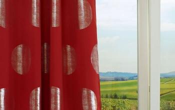 rote gardinen und vorh nge f r kreative fensterdeko. Black Bedroom Furniture Sets. Home Design Ideas