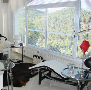 elegante jalousien aus holz oder aluminium von raumtextilienshop. Black Bedroom Furniture Sets. Home Design Ideas